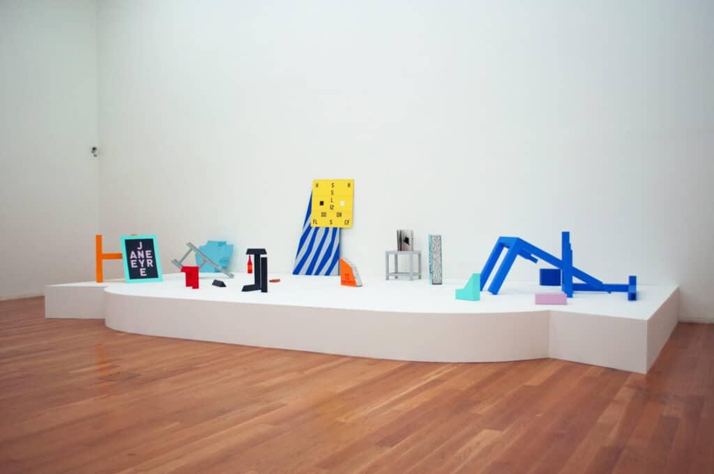 installationskunst a new life fra 1981 af kunstneren guy de cointet på museu serralves i porto