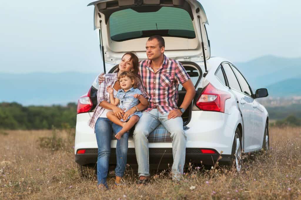 familie med børn holder pause på bilrejse