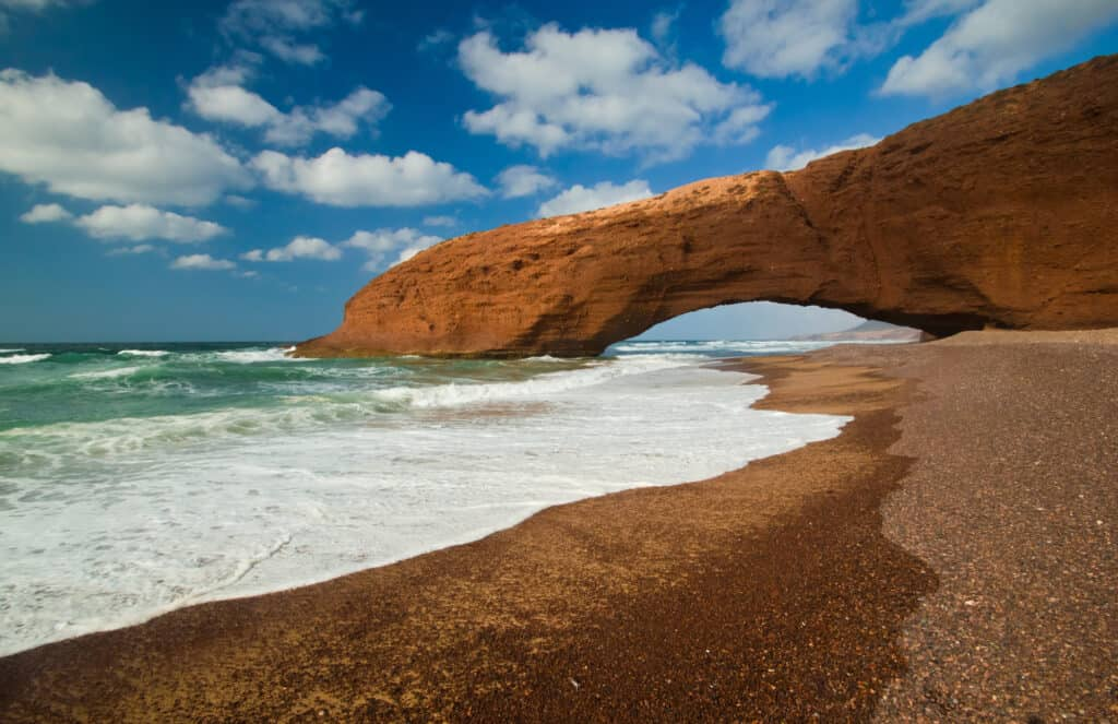 smuk klippeudhuling på legzira stranden i marokko