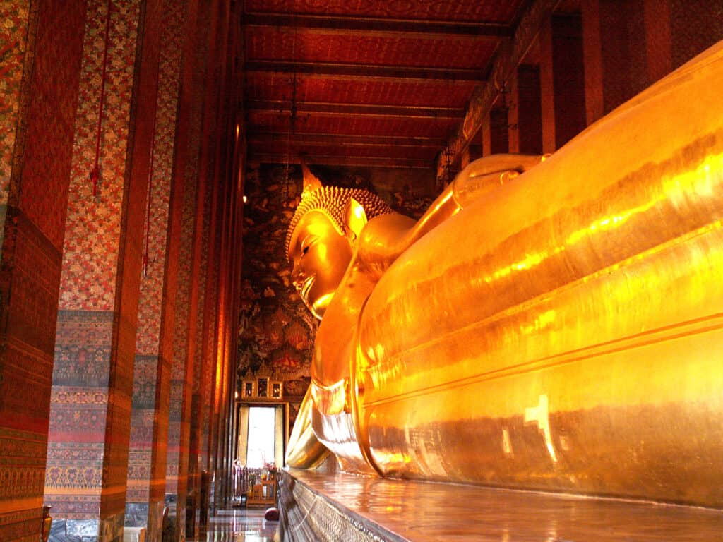 den liggende buddha statue i wat pho templet i bangkok thailand