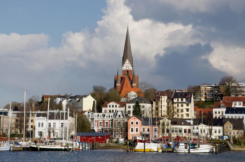 flensborg by set fra vandet med kirke i baggrunden