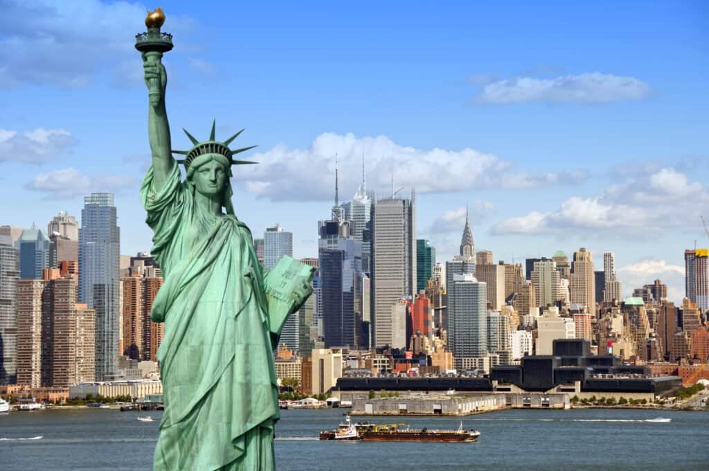 frihedsgudinden statue of liberty med new york city som baggrund