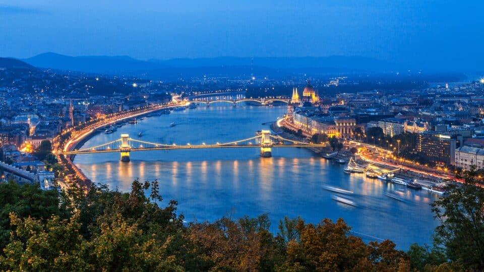 kædebroen i budapest som krydser donau floden ungarn