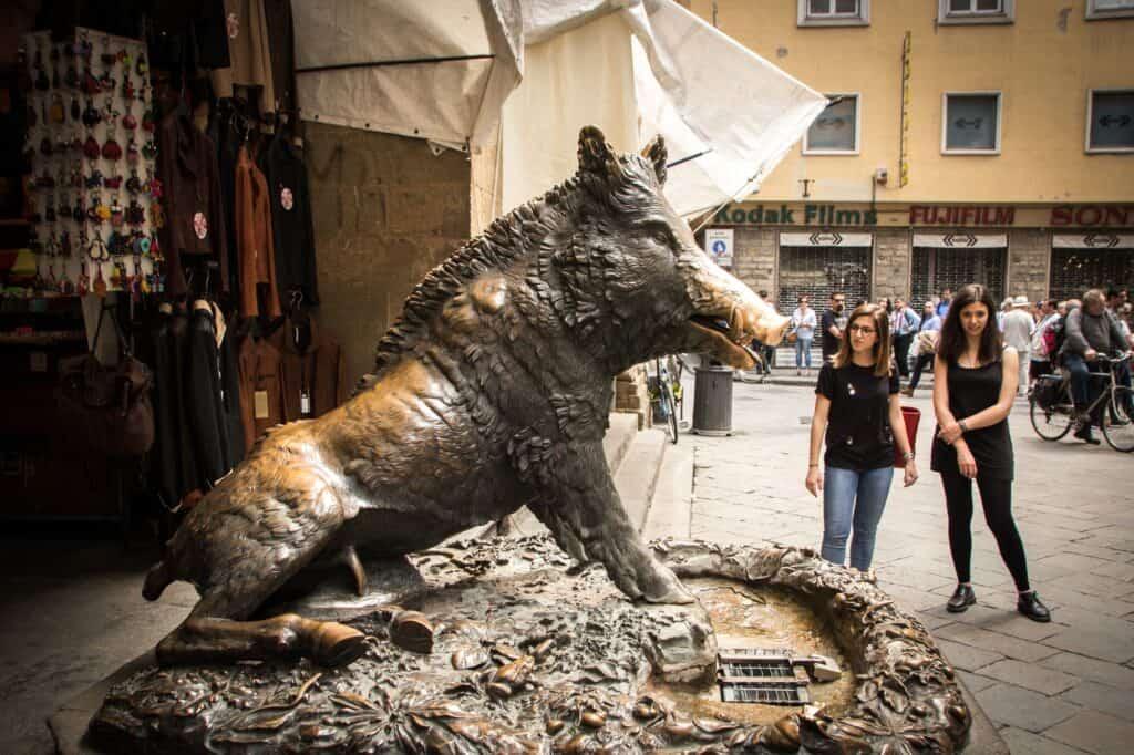 mercato nuovo med den berømte vildsvinestatue i firenze italien