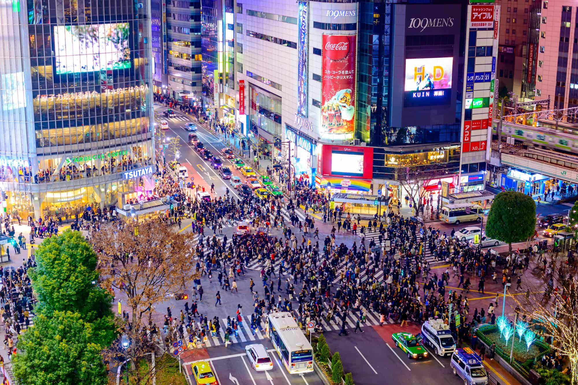 shibuya vejkrydset i tokyo set i nattebelysning