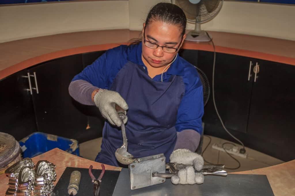 støbearbejder på verdens største tinfabrik royal selangor i kuala lumpur