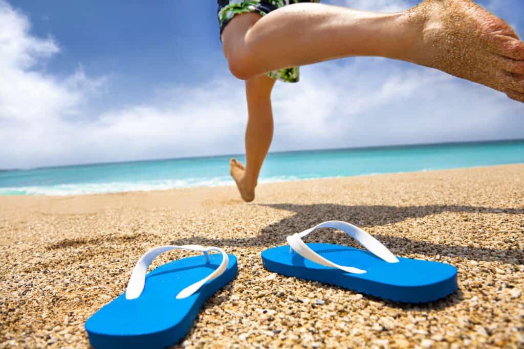 Klip klapper paa stranden sandaler